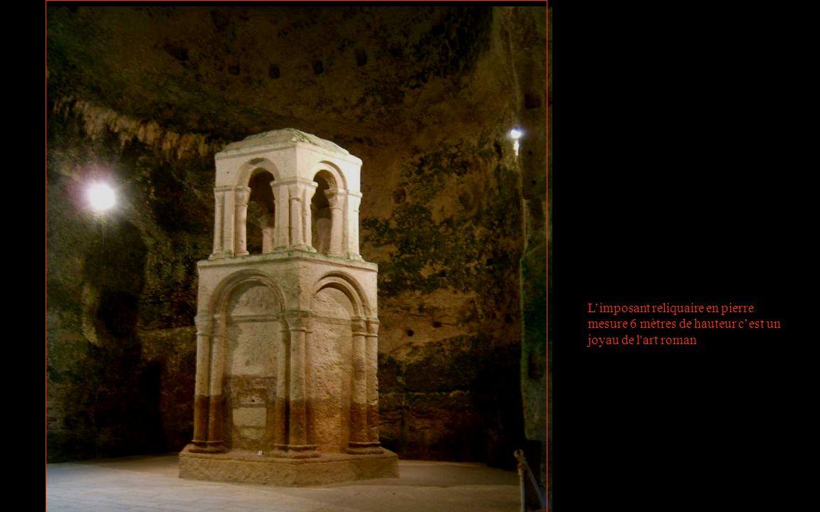 L'imposant reliquaire en pierre mesure 6 mètres de hauteur c'est un joyau de l art roman