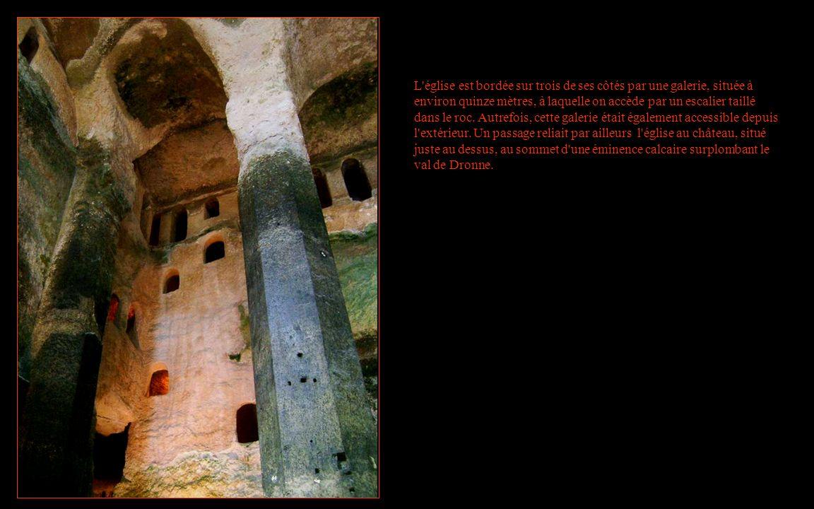 L église est bordée sur trois de ses côtés par une galerie, située à environ quinze mètres, à laquelle on accède par un escalier taillé dans le roc.