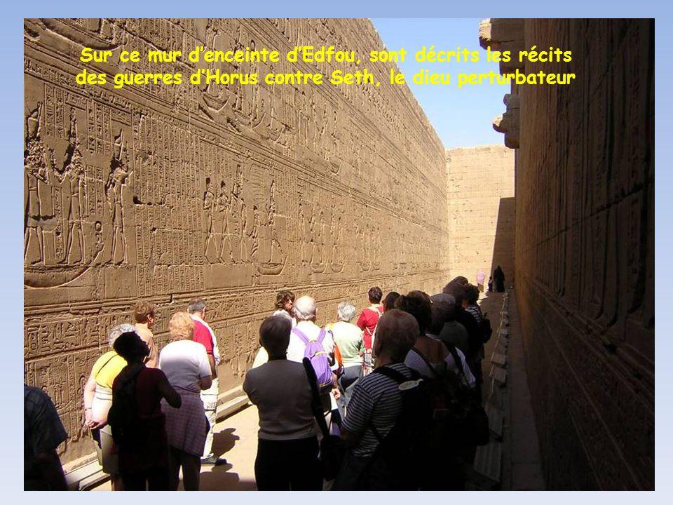 Sur ce mur d'enceinte d'Edfou, sont décrits les récits des guerres d'Horus contre Seth, le dieu perturbateur