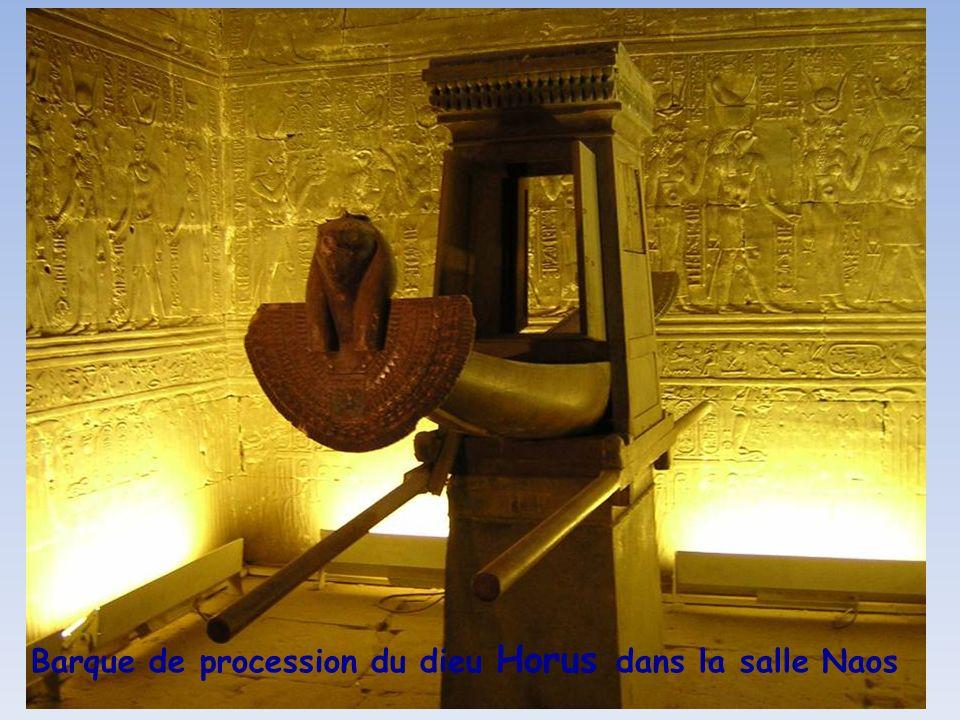 Barque de procession du dieu Horus dans la salle Naos