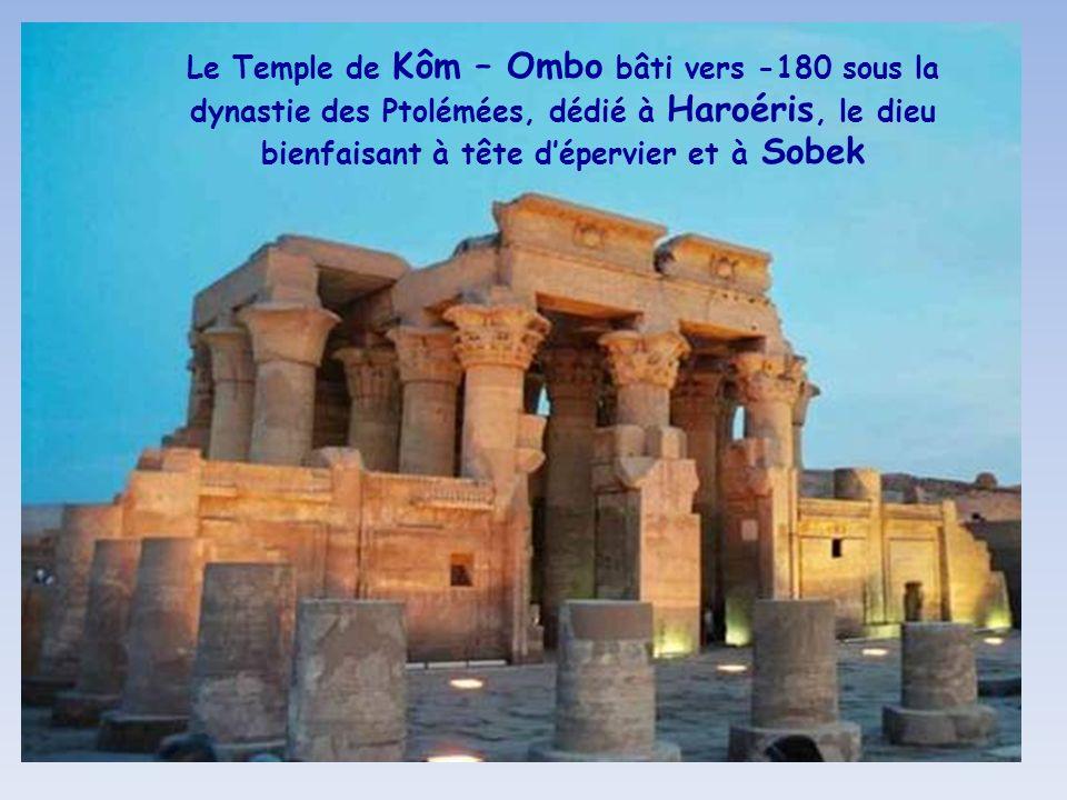 Le Temple de Kôm – Ombo bâti vers -180 sous la dynastie des Ptolémées, dédié à Haroéris, le dieu bienfaisant à tête d'épervier et à Sobek