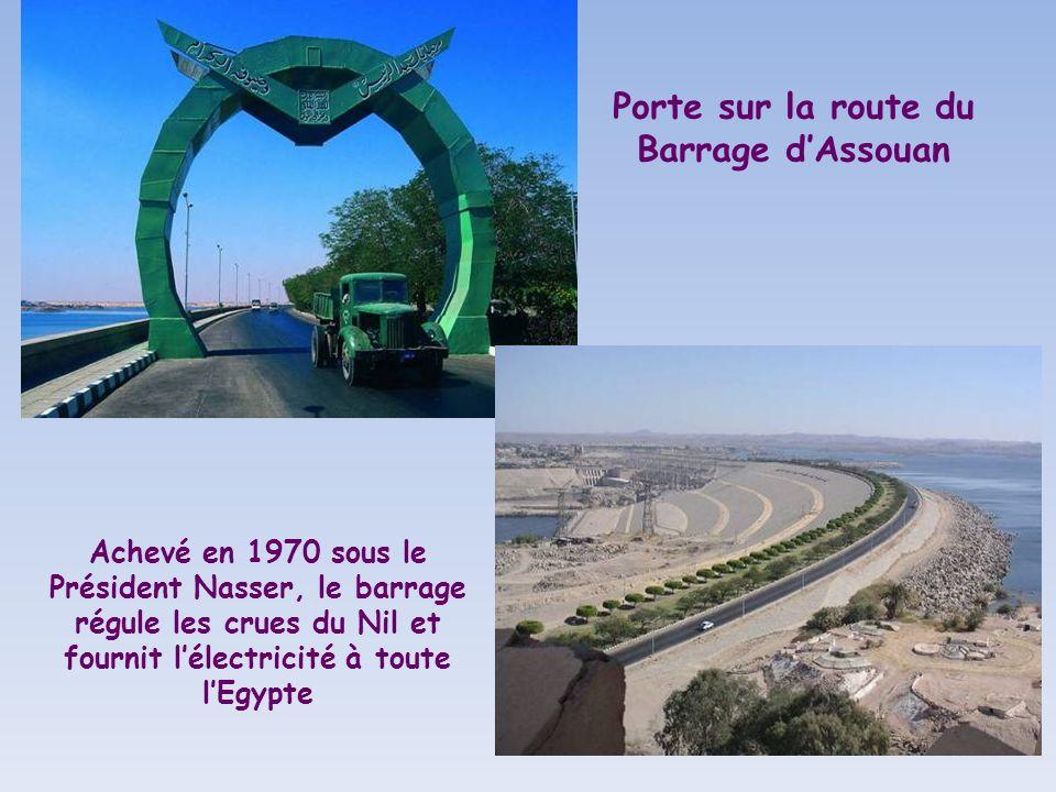 Porte sur la route du Barrage d'Assouan