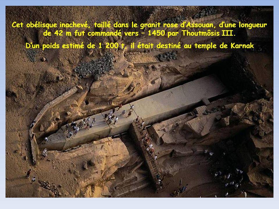 D'un poids estimé de 1 200 t, il était destiné au temple de Karnak