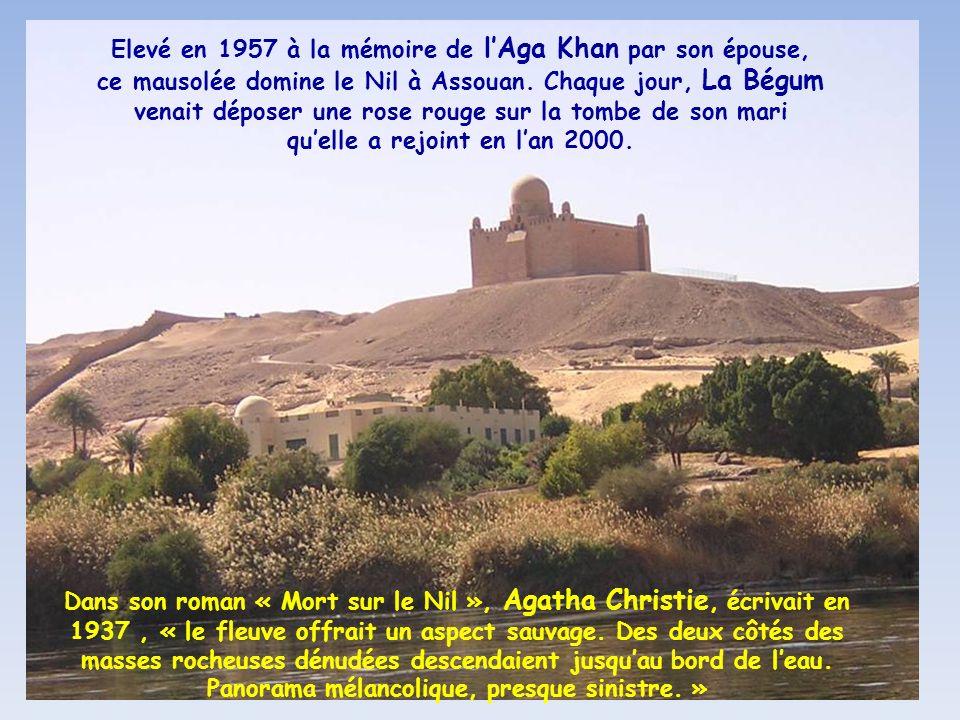 Elevé en 1957 à la mémoire de l'Aga Khan par son épouse, ce mausolée domine le Nil à Assouan. Chaque jour, La Bégum venait déposer une rose rouge sur la tombe de son mari qu'elle a rejoint en l'an 2000.