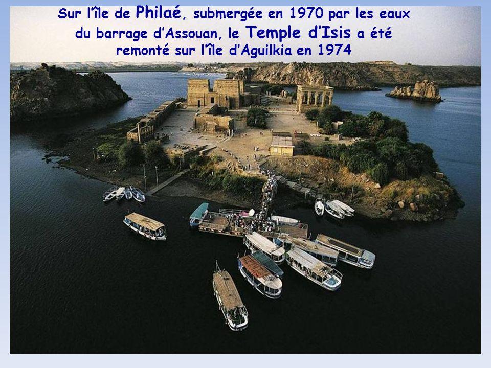 Sur l'île de Philaé, submergée en 1970 par les eaux du barrage d'Assouan, le Temple d'Isis a été remonté sur l'île d'Aguilkia en 1974