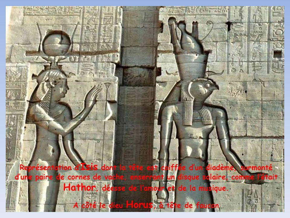 A côté le dieu Horus, à tête de faucon