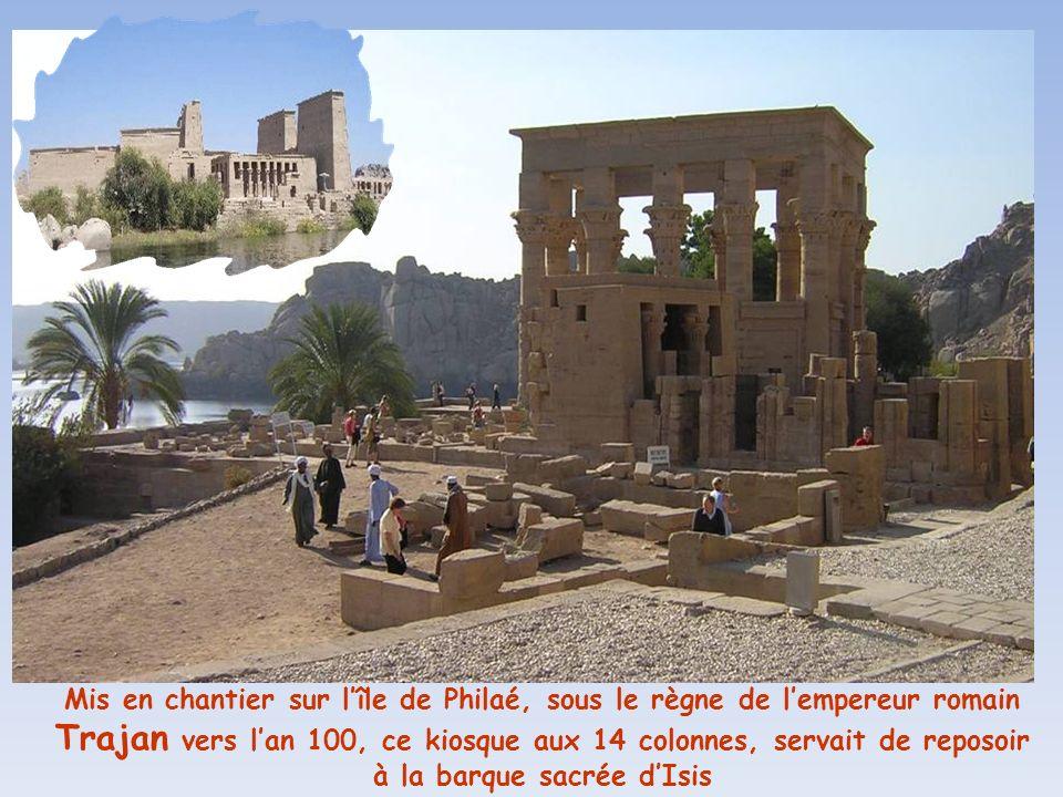 Mis en chantier sur l'île de Philaé, sous le règne de l'empereur romain Trajan vers l'an 100, ce kiosque aux 14 colonnes, servait de reposoir à la barque sacrée d'Isis