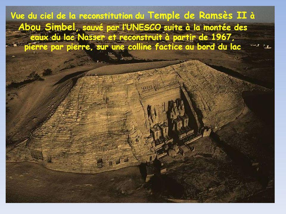 Vue du ciel de la reconstitution du Temple de Ramsès II à Abou Simbel, sauvé par l'UNESCO suite à la montée des eaux du lac Nasser et reconstruit à partir de 1967, pierre par pierre, sur une colline factice au bord du lac