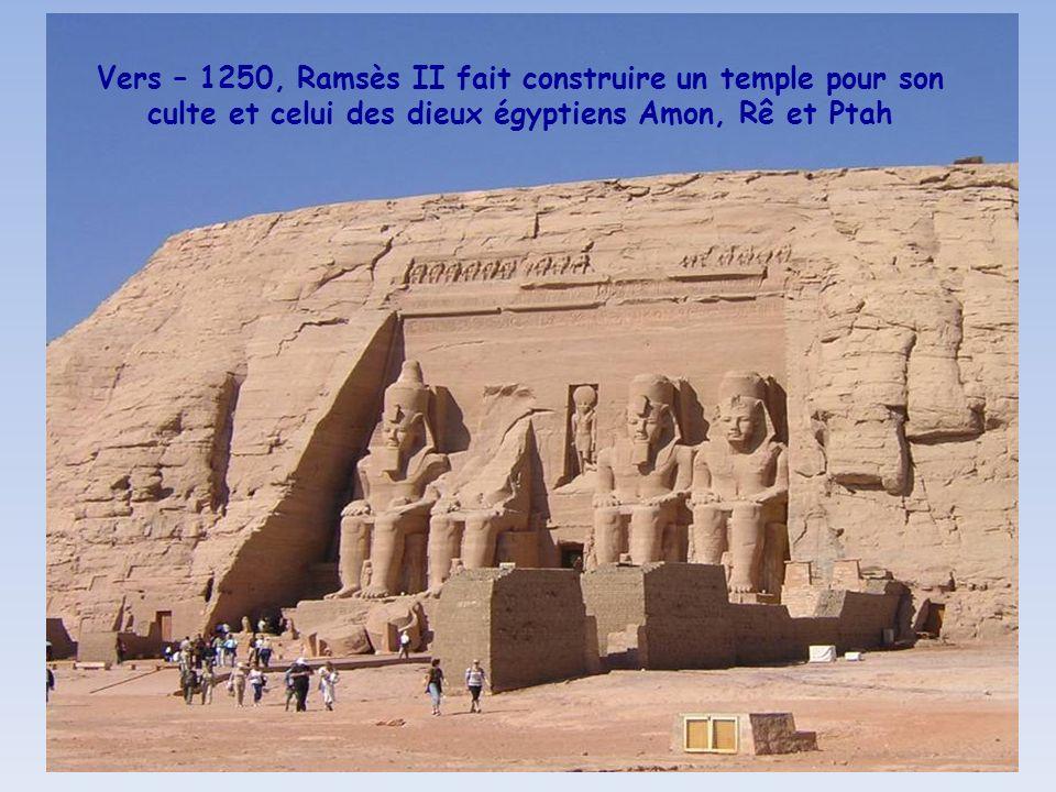 Vers – 1250, Ramsès II fait construire un temple pour son culte et celui des dieux égyptiens Amon, Rê et Ptah