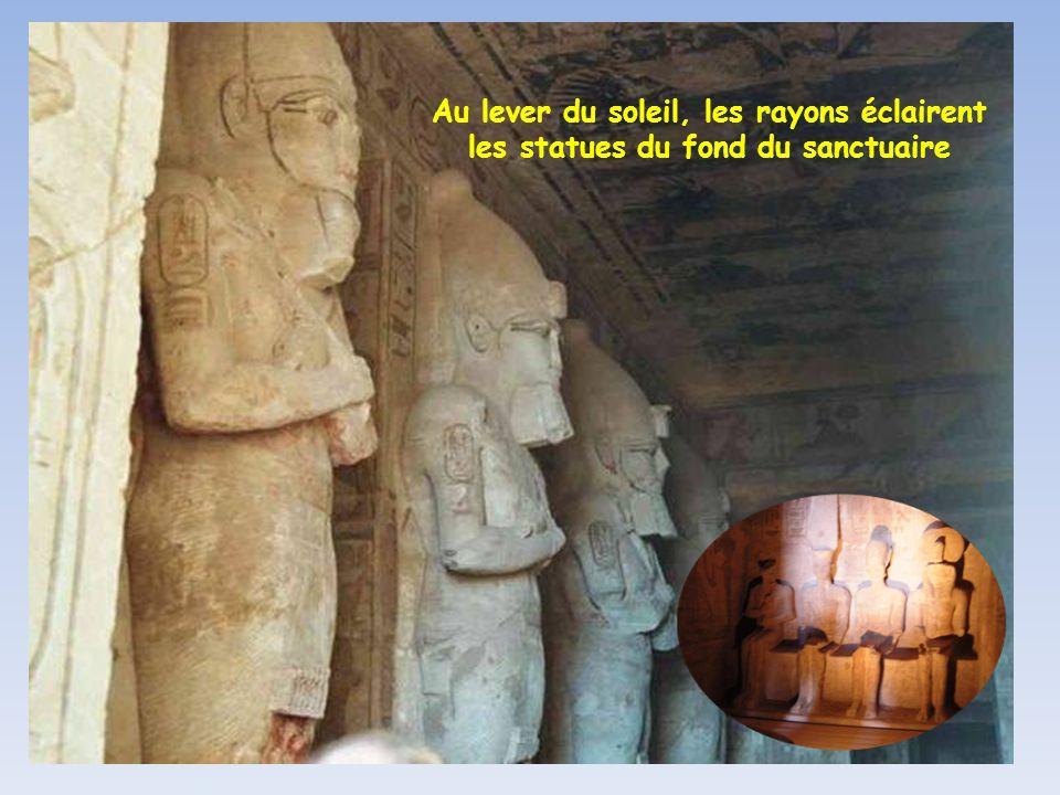Au lever du soleil, les rayons éclairent les statues du fond du sanctuaire