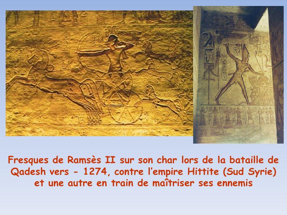 Fresques de Ramsès II sur son char lors de la bataille de Qadesh vers - 1274, contre l'empire Hittite (Sud Syrie) et une autre en train de maîtriser ses ennemis