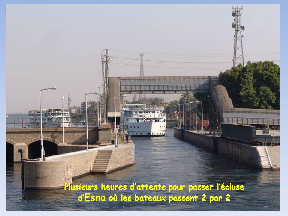Plusieurs heures d'attente pour passer l'écluse d'Esna où les bateaux passent 2 par 2