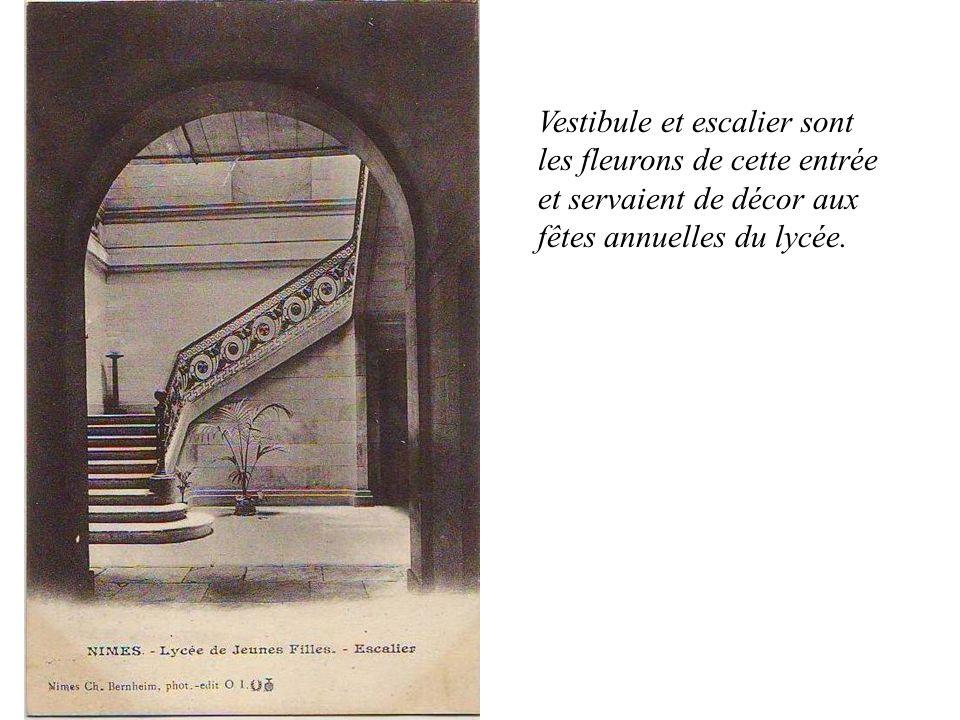 Vestibule et escalier sont les fleurons de cette entrée et servaient de décor aux fêtes annuelles du lycée.