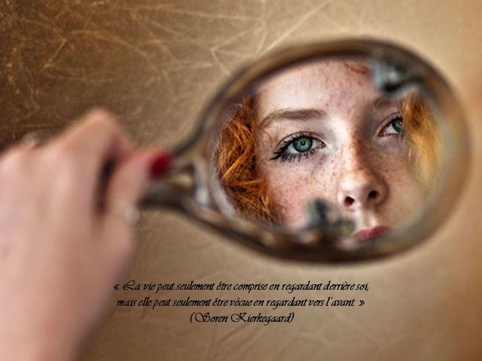 « La vie peut seulement être comprise en regardant derrière soi;