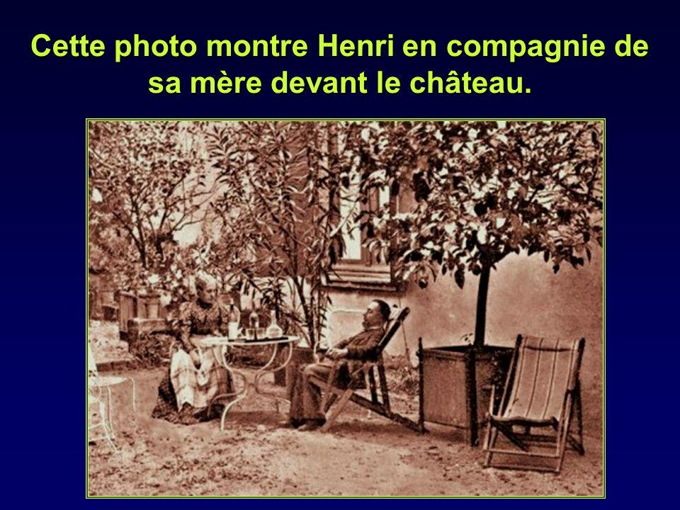 Cette photo montre Henri en compagnie de sa mère devant le château.