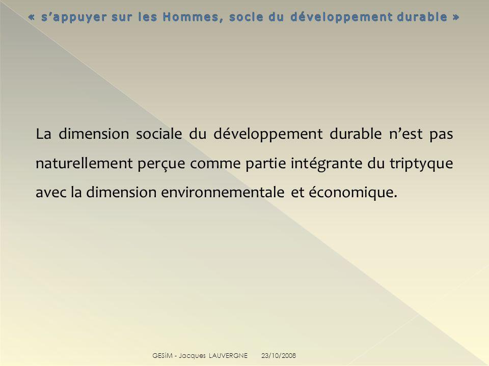 La dimension sociale du développement durable n'est pas naturellement perçue comme partie intégrante du triptyque avec la dimension environnementale et économique.