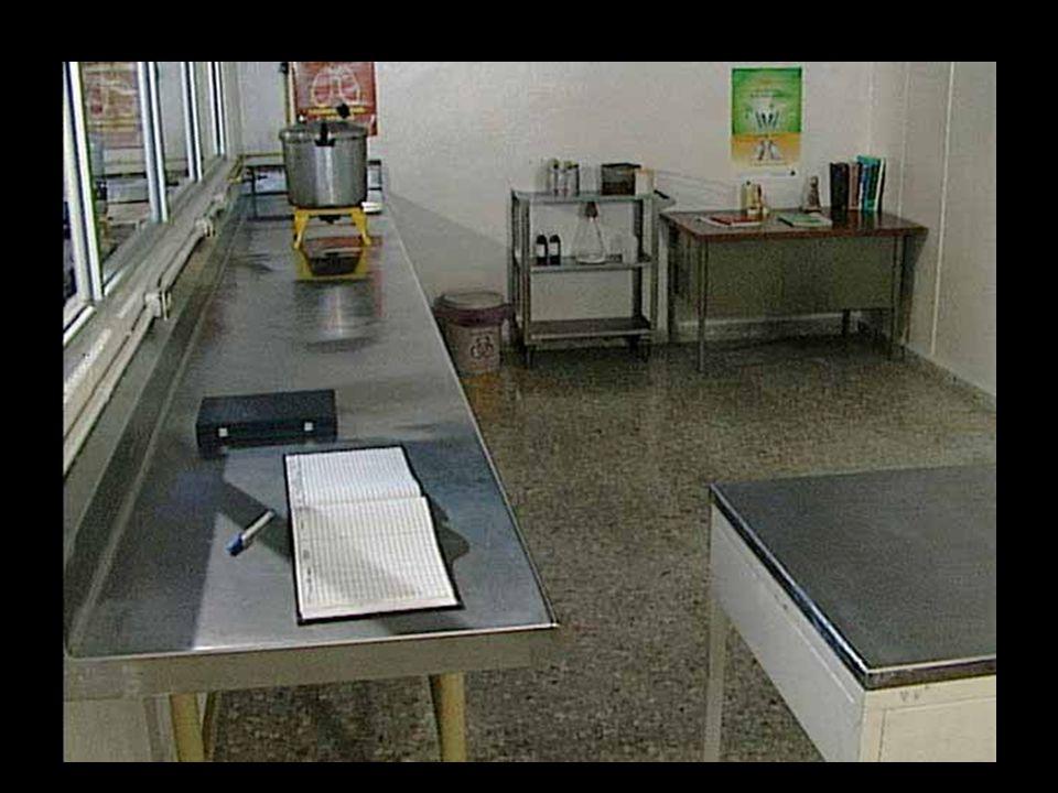 Une table pour ranger les registres et pour la conservation des lames.