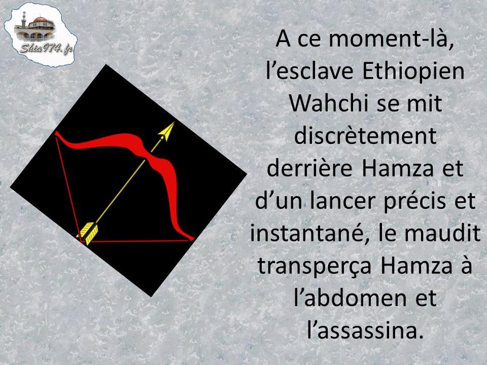 A ce moment-là, l'esclave Ethiopien Wahchi se mit discrètement derrière Hamza et d'un lancer précis et instantané, le maudit transperça Hamza à l'abdomen et l'assassina.