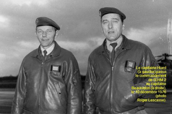 Le capitaine Hiard (à gauche) passe le commandement de l EHM 2 au capitaine Beauredon (à droite), le 10 décembre 1976 (photo Roger Lescasse).