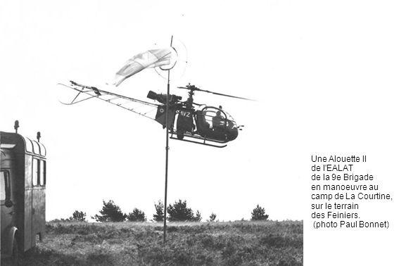 Une Alouette II de l EALAT. de la 9e Brigade en manoeuvre au camp de La Courtine, sur le terrain.