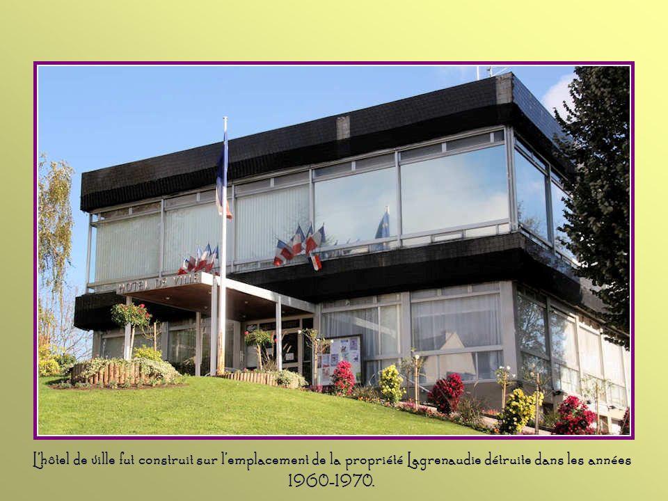 L'hôtel de ville fut construit sur l'emplacement de la propriété Lagrenaudie détruite dans les années 1960-1970.