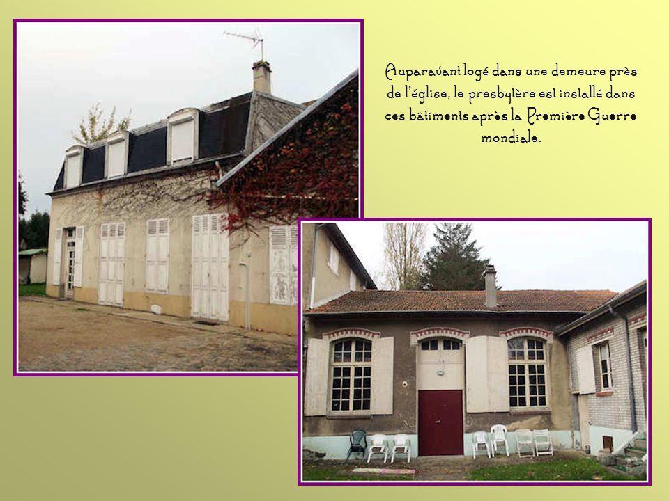 Auparavant logé dans une demeure près de l église, le presbytère est installé dans ces bâtiments après la Première Guerre mondiale.