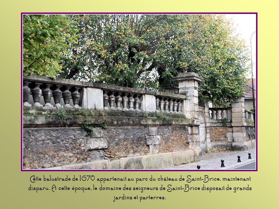 Cette balustrade de 1670 appartenait au parc du château de Saint-Brice, maintenant disparu.