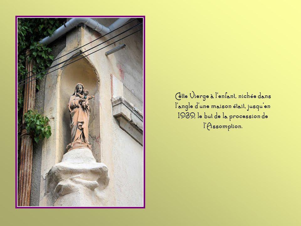Cette Vierge à l'enfant, nichée dans l'angle d'une maison était, jusqu'en 1939, le but de la procession de l'Assomption.