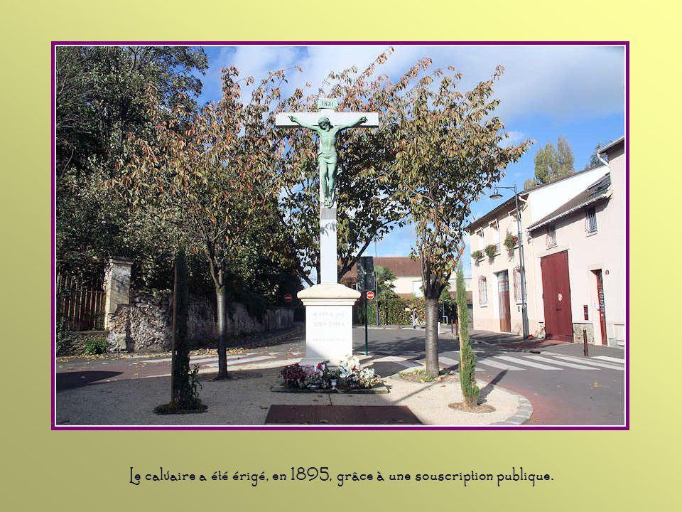 Le calvaire a été érigé, en 1895, grâce à une souscription publique.