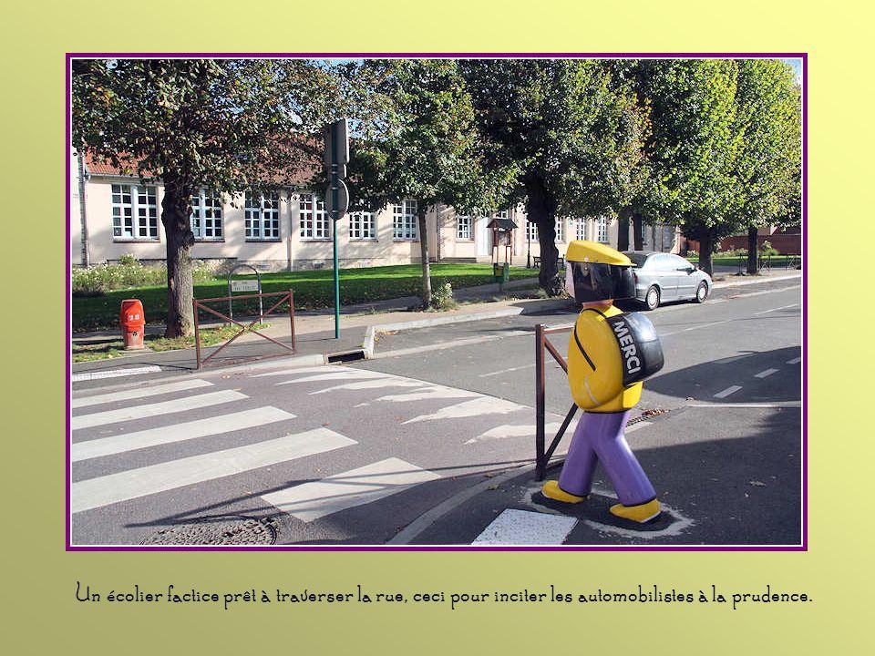 Un écolier factice prêt à traverser la rue, ceci pour inciter les automobilistes à la prudence.