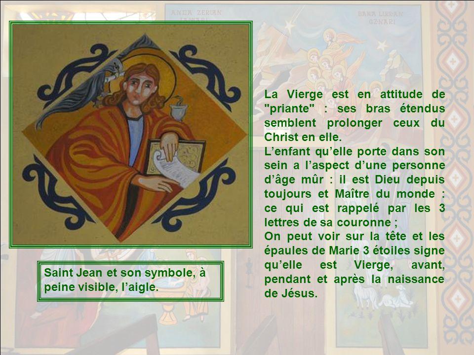 La Vierge est en attitude de priante : ses bras étendus semblent prolonger ceux du Christ en elle.