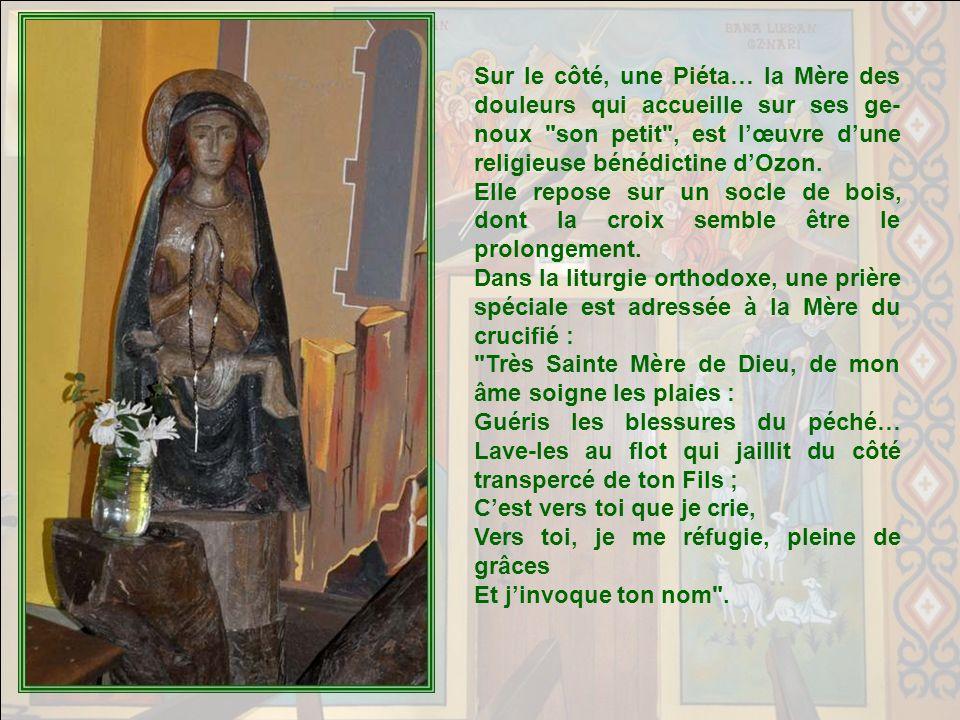 Sur le côté, une Piéta… la Mère des douleurs qui accueille sur ses ge-noux son petit , est l'œuvre d'une religieuse bénédictine d'Ozon.
