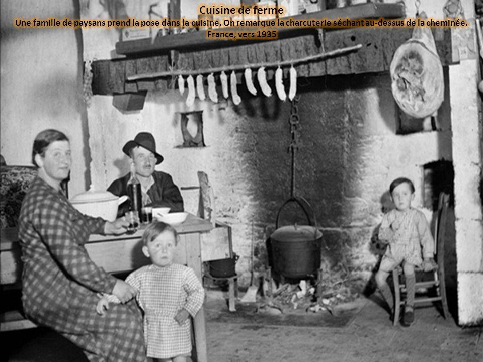 Cuisine de ferme Une famille de paysans prend la pose dans la cuisine.