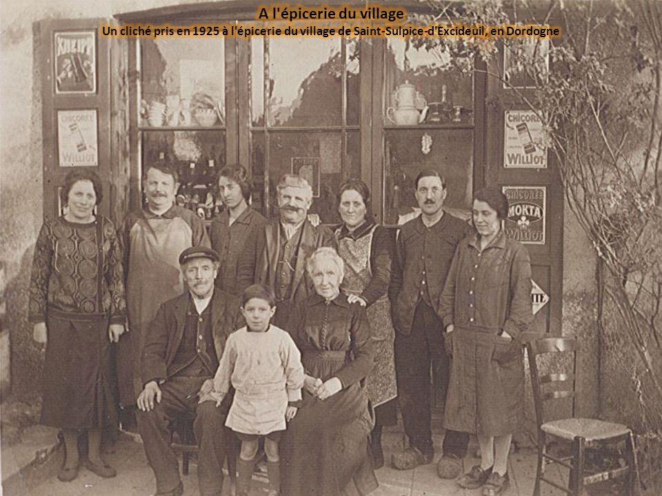 A l épicerie du village Un cliché pris en 1925 à l épicerie du village de Saint-Sulpice-d Excideuil, en Dordogne.