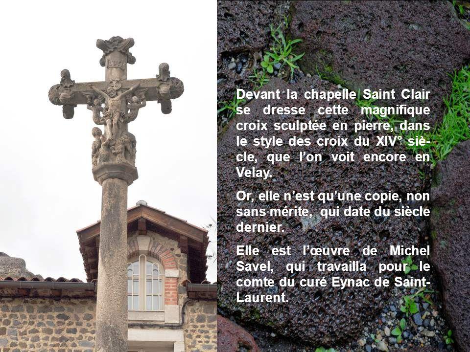 Devant la chapelle Saint Clair se dresse cette magnifique croix sculptée en pierre, dans le style des croix du XIV° siè-cle, que l'on voit encore en Velay.