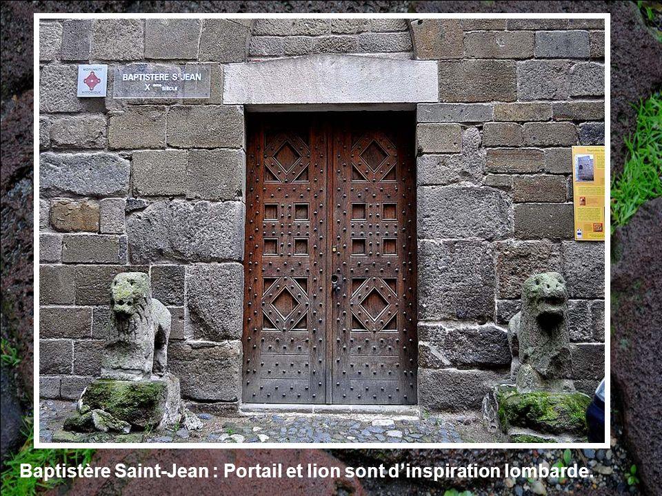 Baptistère Saint-Jean : Portail et lion sont d'inspiration lombarde.