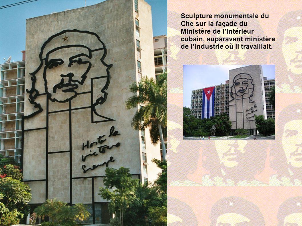 Sculpture monumentale du Che sur la façade du Ministère de l Intérieur cubain, auparavant ministère de l industrie où il travaillait.