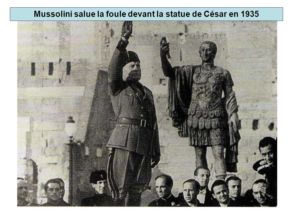 Mussolini salue la foule devant la statue de César en 1935