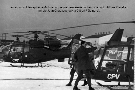 Avant un vol, le capitaine Malbos donne une dernière retouche sur le cockpit d une Gazelle (photo Jean Chaussepied via Gilbert Pélaingre).