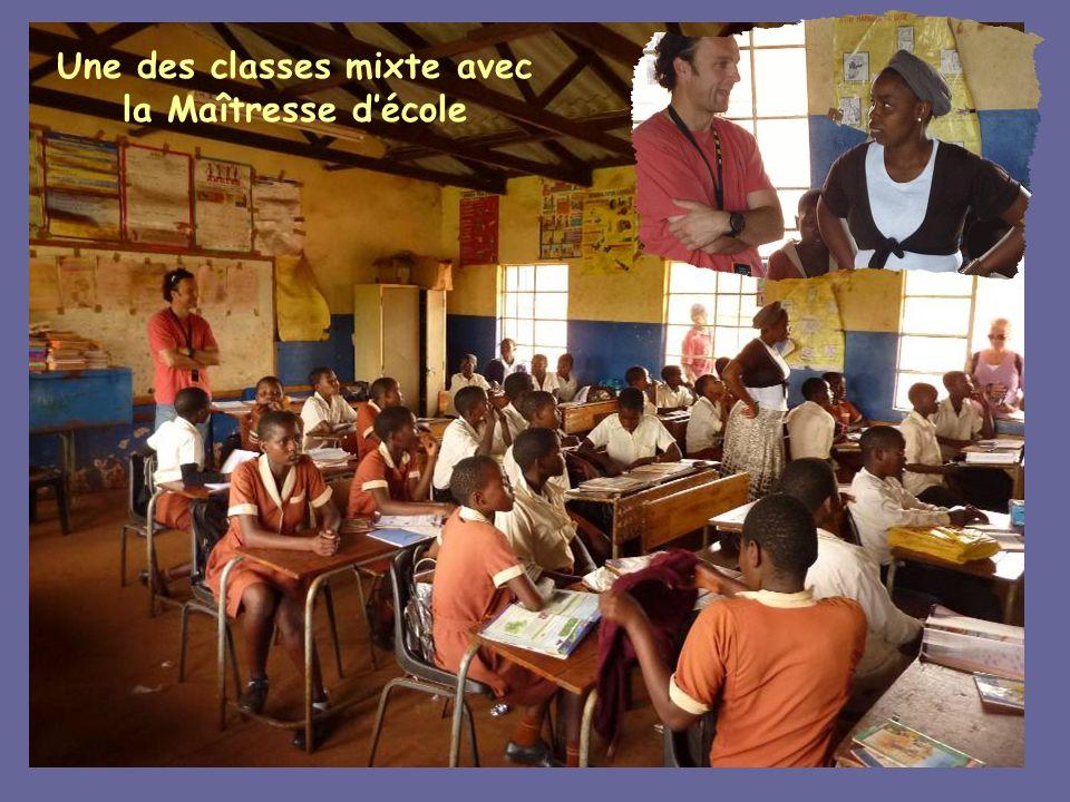 Une des classes mixte avec la Maîtresse d'école