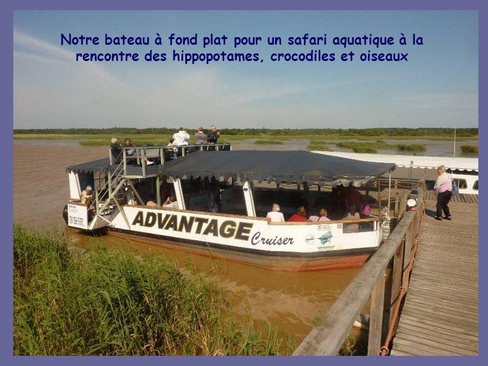Notre bateau à fond plat pour un safari aquatique à la rencontre des hippopotames, crocodiles et oiseaux