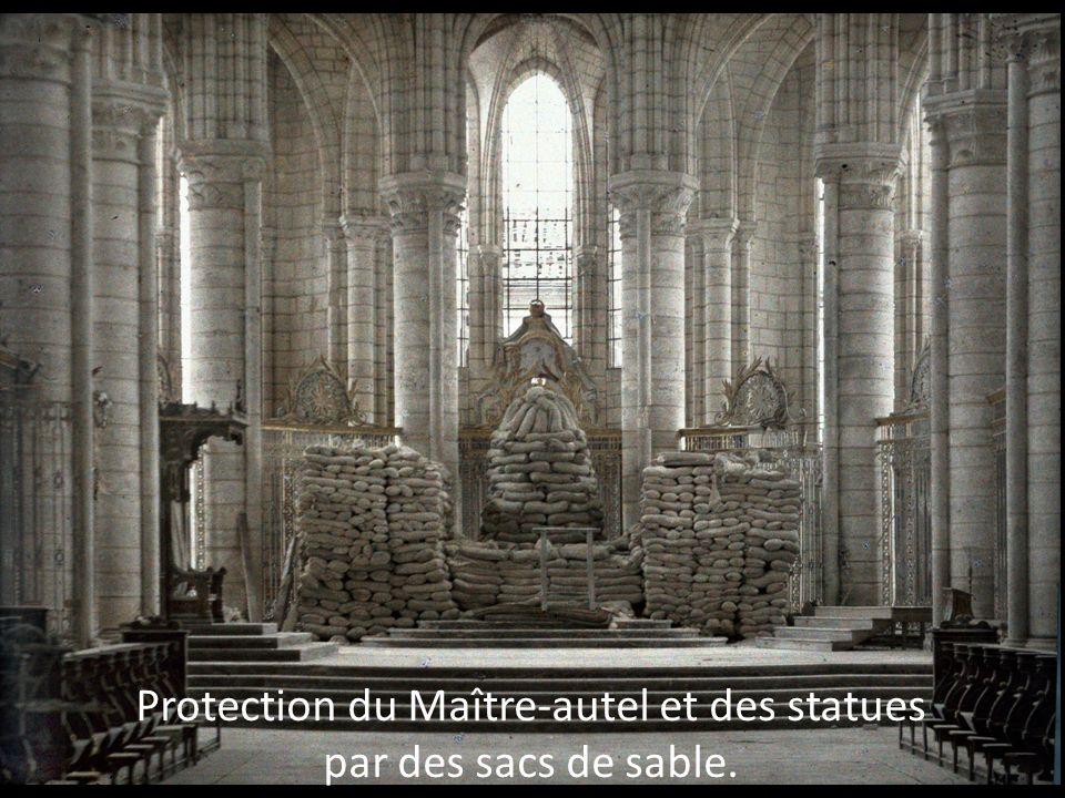 Protection du Maître-autel et des statues par des sacs de sable.