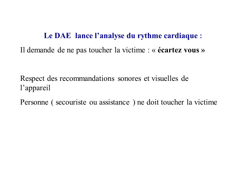 Le DAE lance l'analyse du rythme cardiaque :