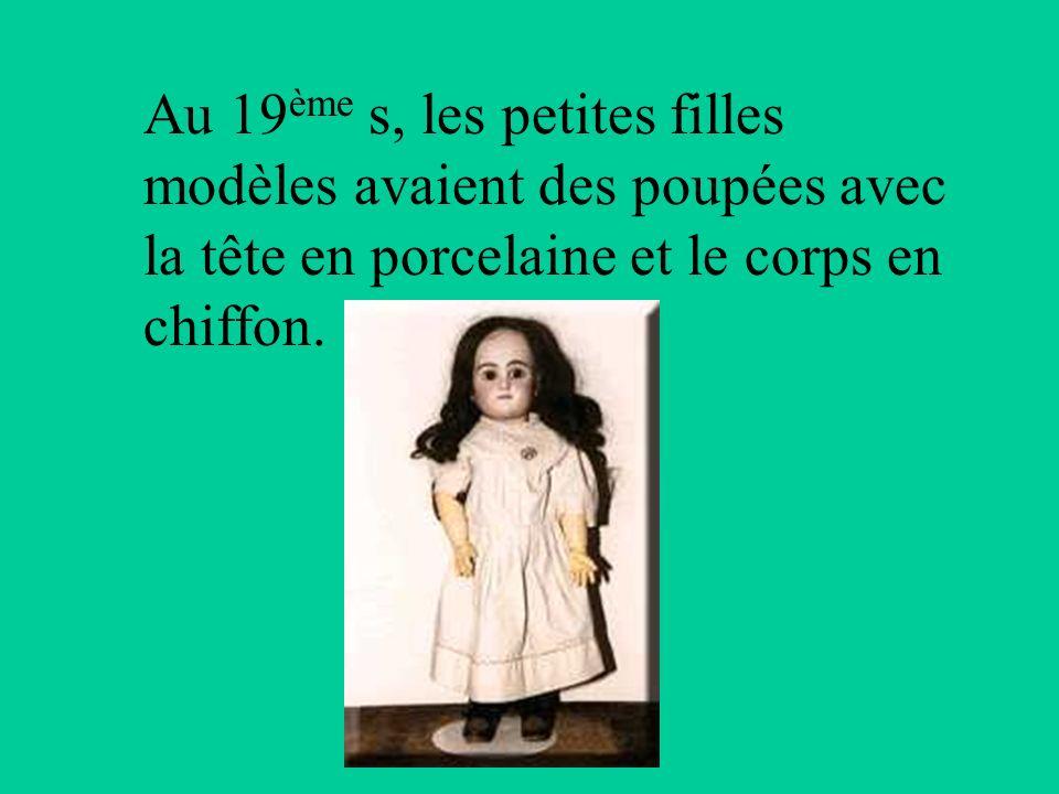 Au 19ème s, les petites filles modèles avaient des poupées avec la tête en porcelaine et le corps en chiffon.