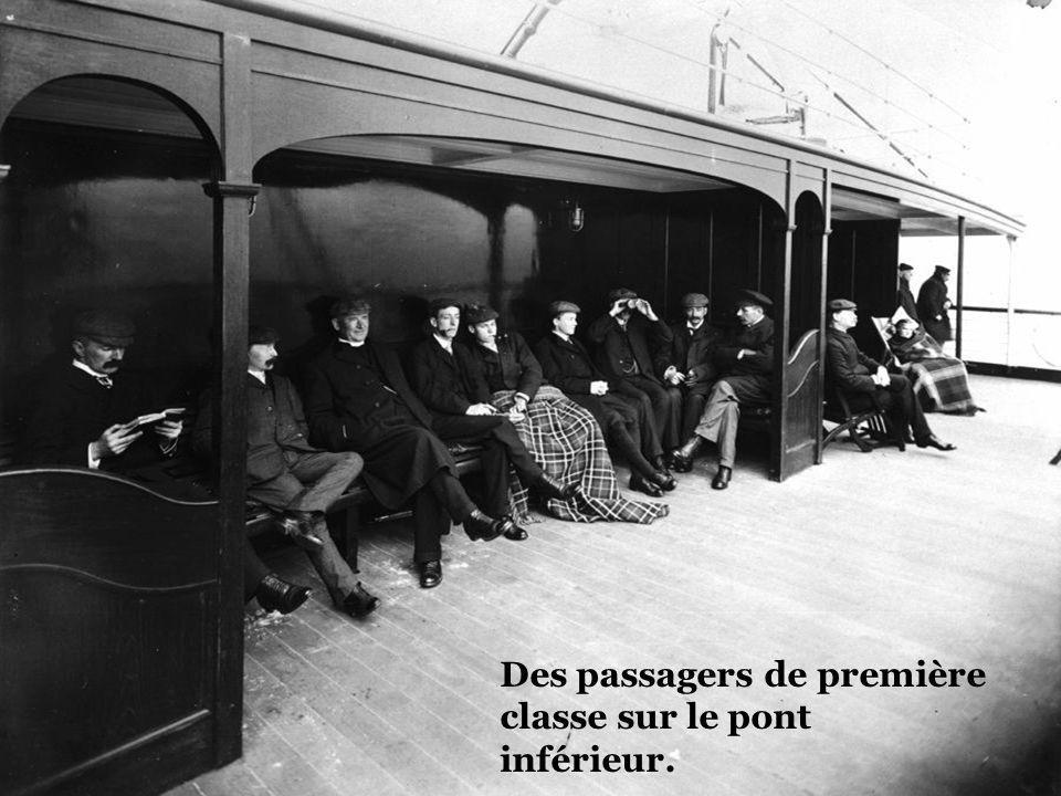 Des passagers de première classe sur le pont inférieur.