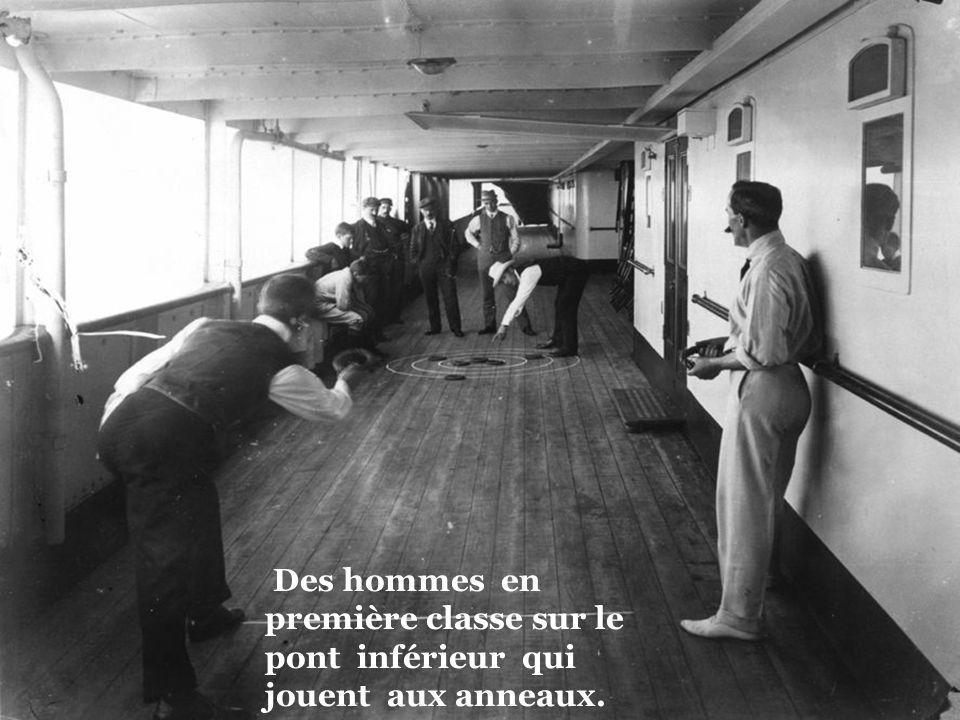Des hommes en première classe sur le pont inférieur qui jouent aux anneaux.