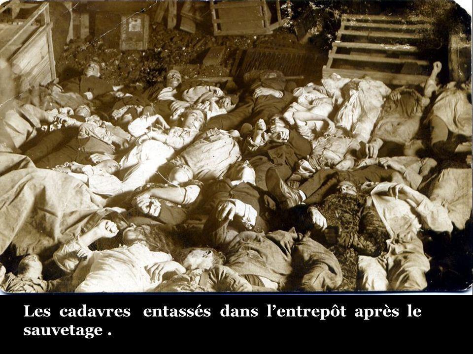 Les cadavres entassés dans l'entrepôt après le sauvetage .