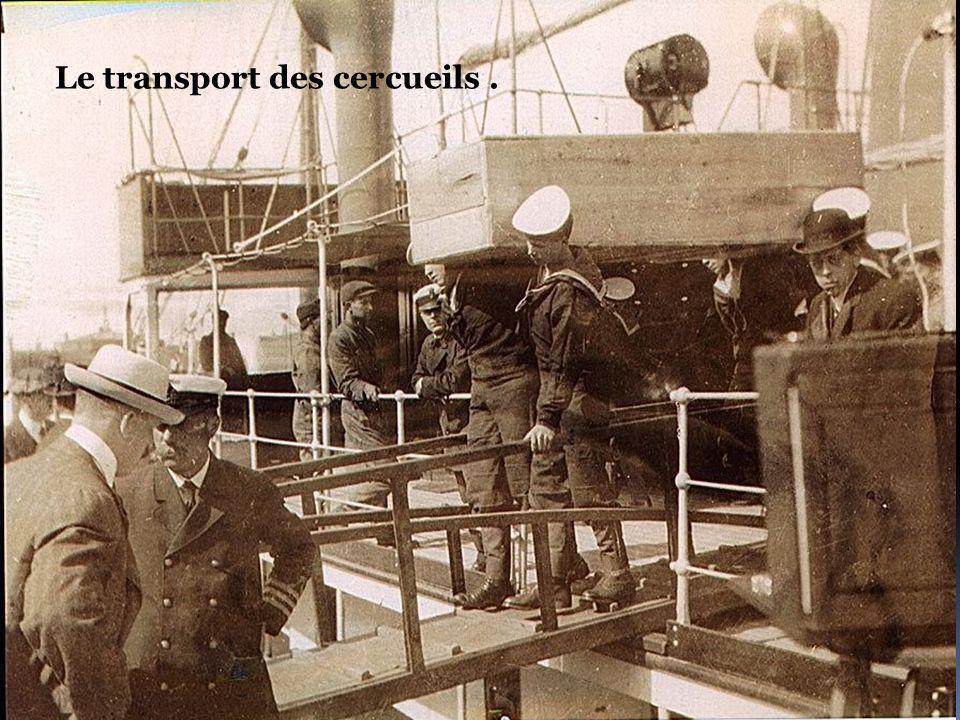 Le transport des cercueils .