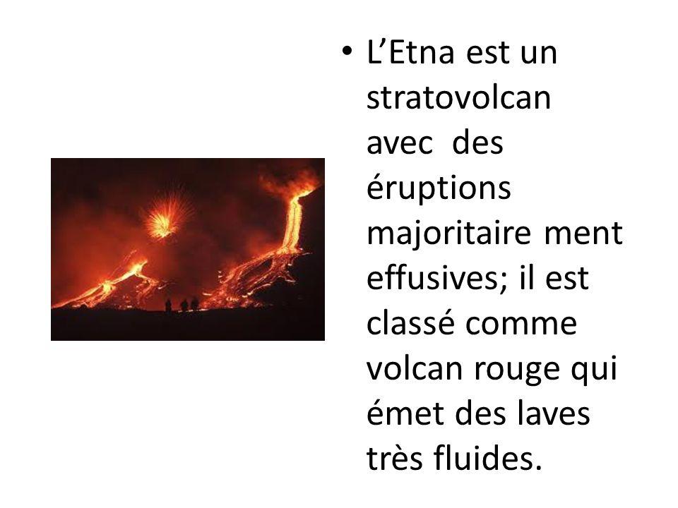 L'Etna est un stratovolcan avec des éruptions majoritaire ment effusives; il est classé comme volcan rouge qui émet des laves très fluides.