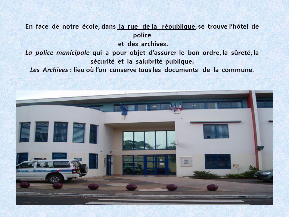 En face de notre école, dans la rue de la république, se trouve l'hôtel de police et des archives.